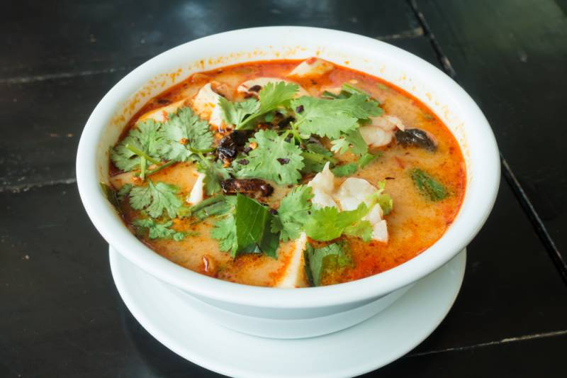 gambar makanan pedas Tom Yum Goong Thai hot spicy soup